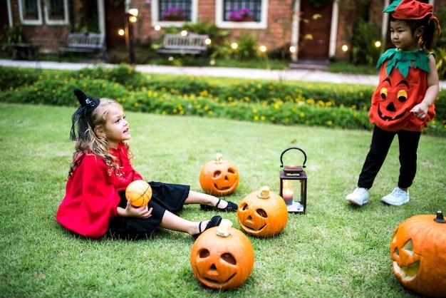 Crianças jovens que apreciam o festival de halloween