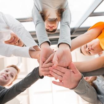 Crianças juntando as mãos