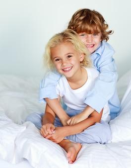 Crianças juntas na cama