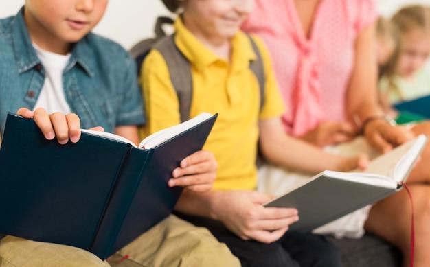 Crianças lendo suas lições