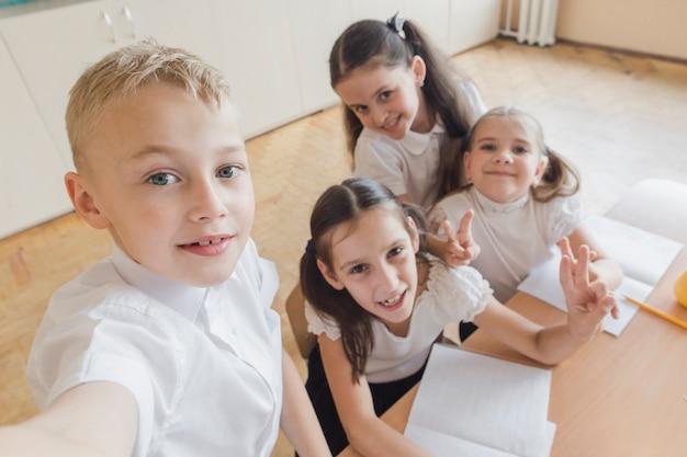 Crianças, levando, selfie, em, escola