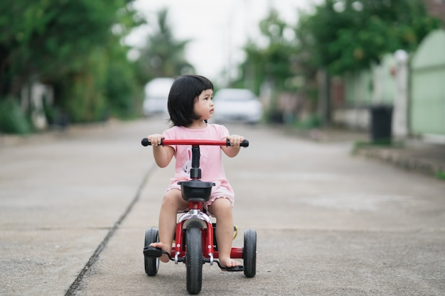 Crianças lindas andando de bicicleta. crianças curtindo um passeio de bicicleta.