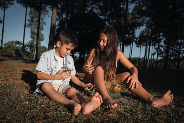 Crianças lindas desfrutam de uma infusão típica argentina terere