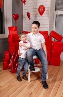 Crianças lindas meninos abrem presente de aniversário duas lindas crianças