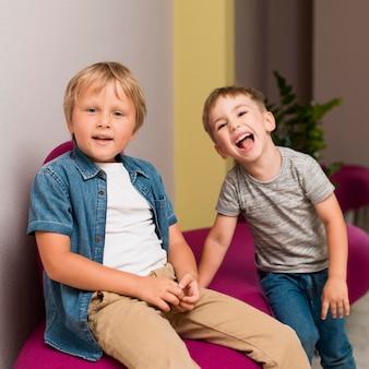 Crianças lindas posando de maneira boba