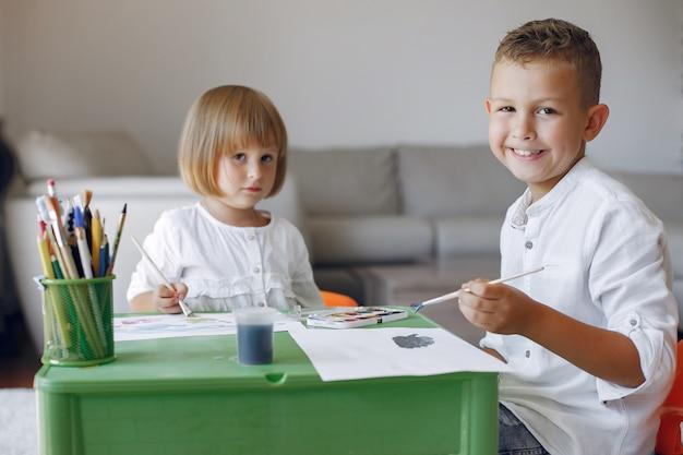 Crianças localização na mesa verde e desenho