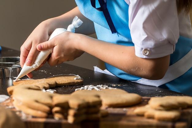Crianças, mão, decorando, biscoitos, com, açúcar