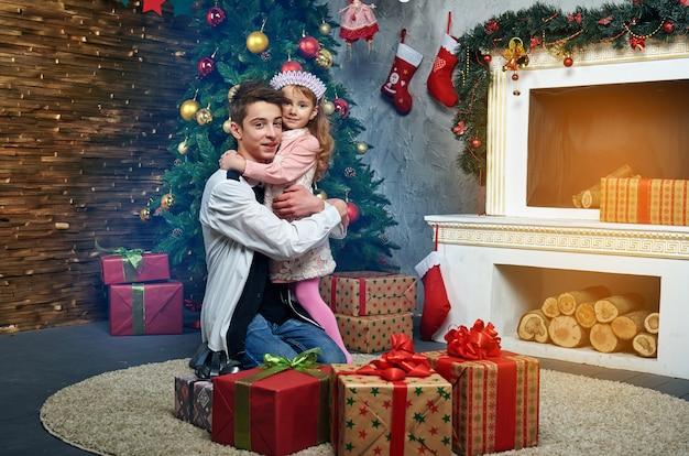 Crianças, menino e menina, lareira natal e ano novo