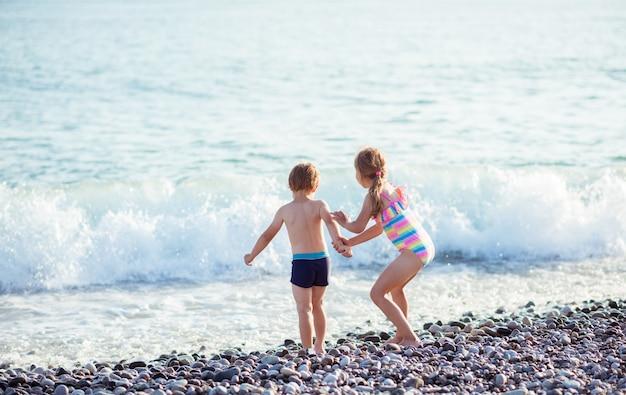Crianças menino e menina no oceano.