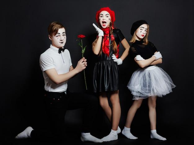 Crianças mime foto do grupo, emoções pantomima