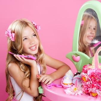 Crianças moda boneca loira falando celular