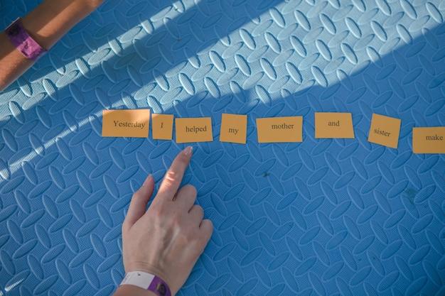 Crianças montam palavras em inglês em frases