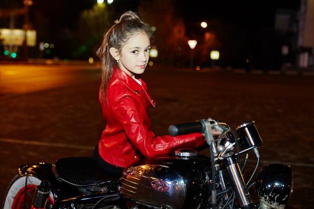 Crianças motociclistas em um passeio de moto pela cidade