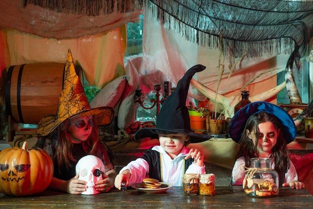 Crianças na américa comemoram o dia das bruxas halloween crianças festa festa de halloween com crianças weari ...