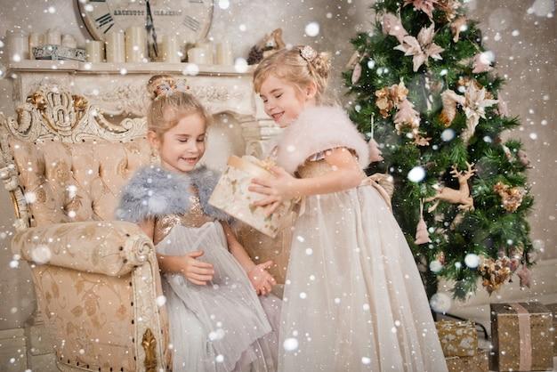 Crianças na árvore de natal