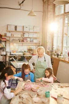 Crianças na aula de artesanato