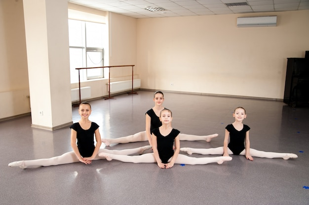 Crianças na aula de balé