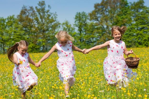 Crianças na caça aos ovos de páscoa com cestas