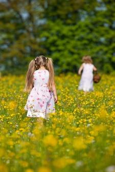 Crianças na caça aos ovos de páscoa