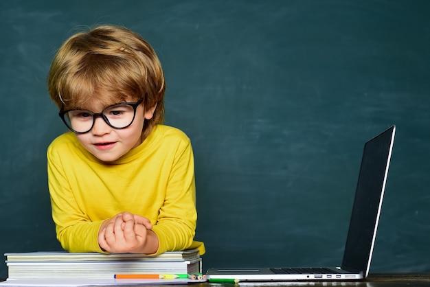 Crianças na escola exame difícil educação primeiro menino da escola primária da escola primária no pátio da escola