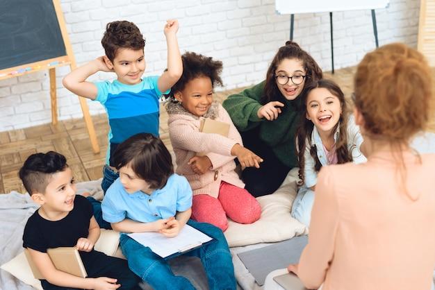 Crianças na escola primária estão sentadas na sala de aula.