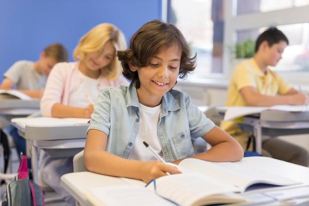 Crianças na escrita da sala de aula