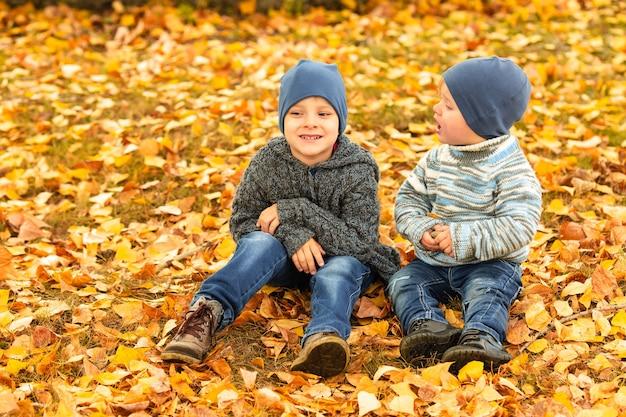 Crianças na floresta de outono amarela e dourada