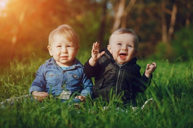 Crianças na grama