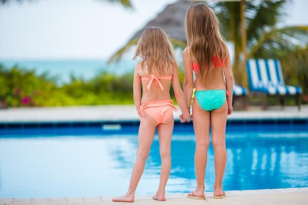 Crianças na piscina nas férias de verão