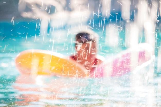 Crianças na piscina se divertindo