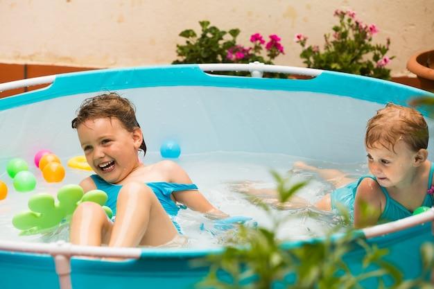 Crianças nadando na piscina infantil