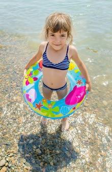 Crianças nadando no lago.