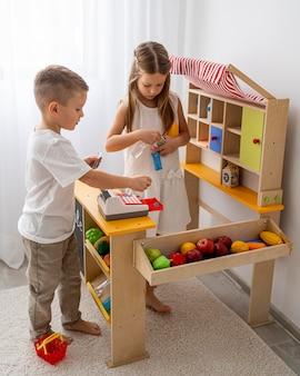 Crianças não binárias brincando em casa