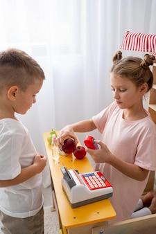 Crianças não binárias brincando juntas em casa
