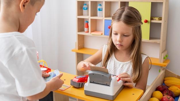 Crianças não binárias brincando juntas