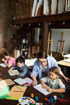 Crianças no art studio high angle