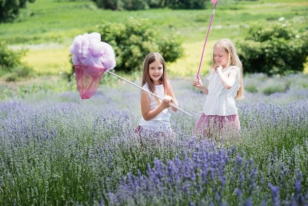 Crianças no campo de lavanda captura nuvem de lã.