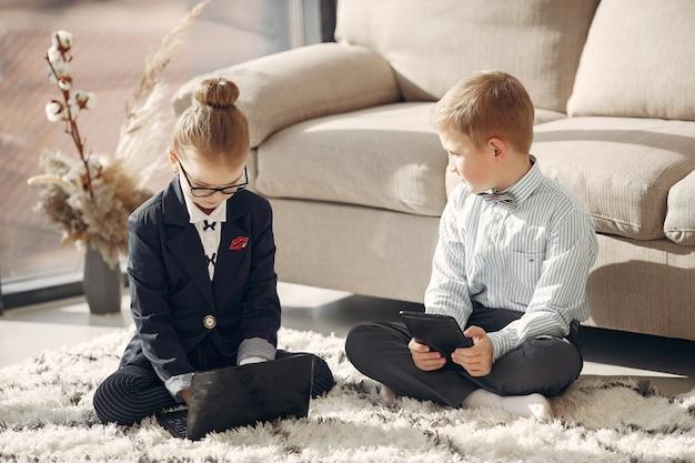Crianças no escritório com um laptop