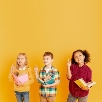 Crianças no espaço da cópia apontando acima