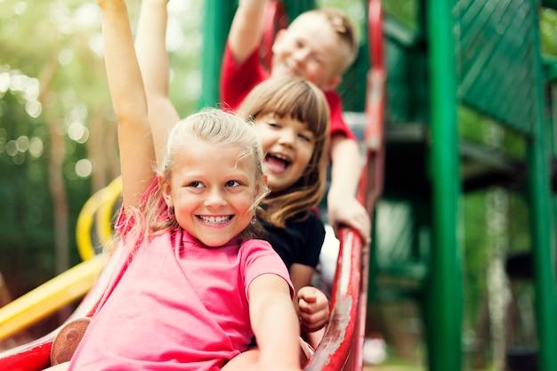 Crianças no slide