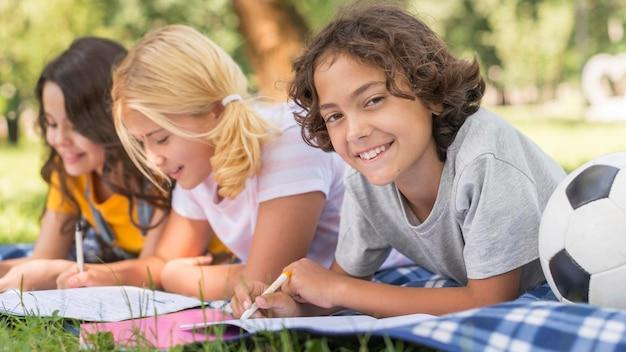 Crianças no tempo de conferência do parque