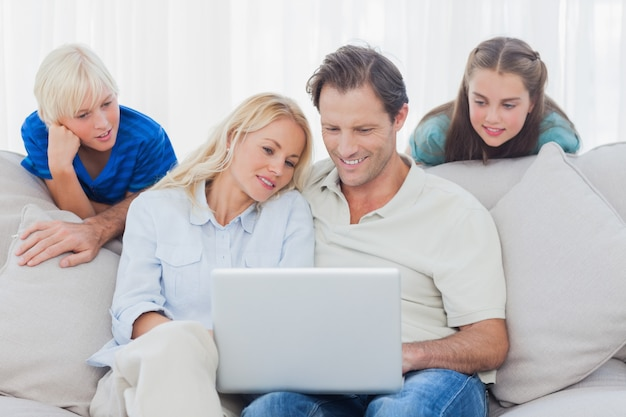 Crianças, olhar, pais, usando, laptop