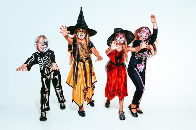 Crianças ou adolescentes gostam de bruxas e vampiros em branco