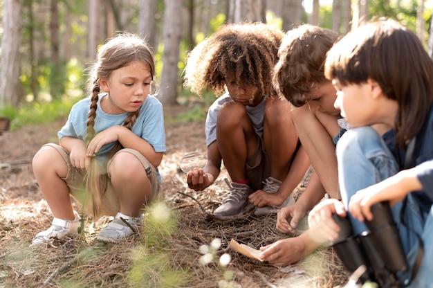 Crianças participando juntas de uma caça ao tesouro