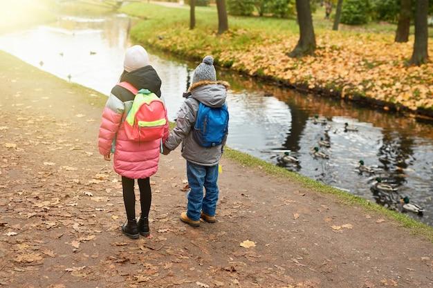 Crianças pela água