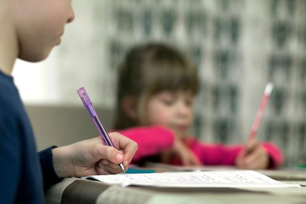 Crianças pequenas bonitos fazendo lição de casa
