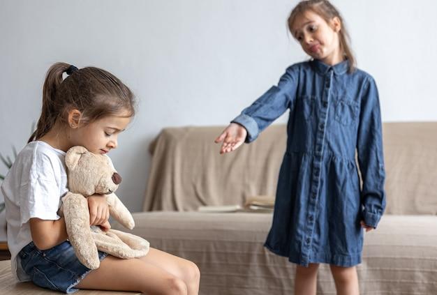 Crianças pequenas brigam por causa de brinquedos. amigos e problema de amizade. discussão e conflito.