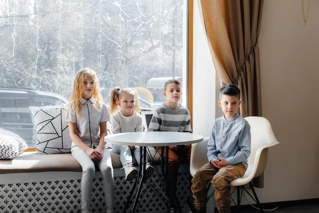 Crianças pequenas brincam e socializam em cafés. recreação e estilo de vida.