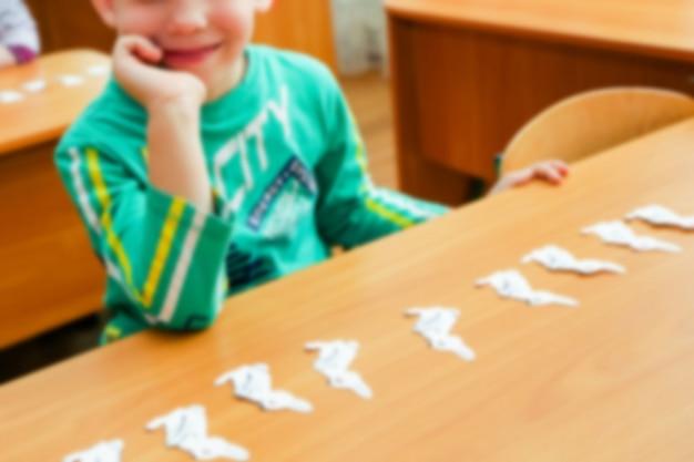 Crianças pequenas envolvidas contam no jardim de infância