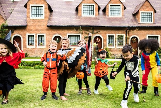 Crianças pequenas na festa de halloween